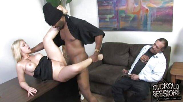 白いソファの上に横たわって膣ふれあいゴルフピンクの甘い 女性 用 エッチ 無料 動画